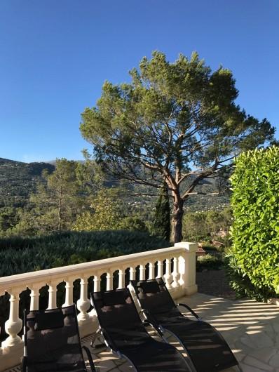 Location de vacances - Villa à Peymeinade - terrasse piscine vue Cabris