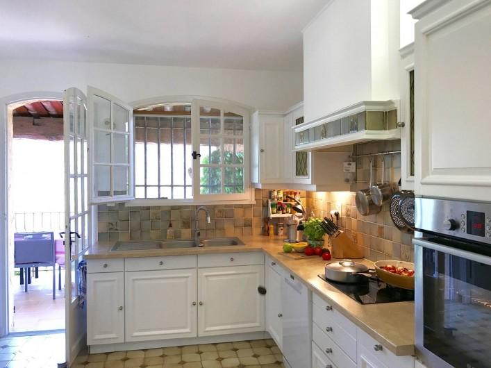 Location de vacances - Villa à Peymeinade - cuisine / terrasse couverte