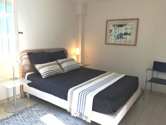 Location de vacances - Villa à Peymeinade - chambre  rez-de-jardin