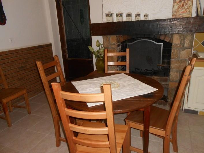 Location de vacances - Gîte à Vidauban - table repas intérieur 6pers