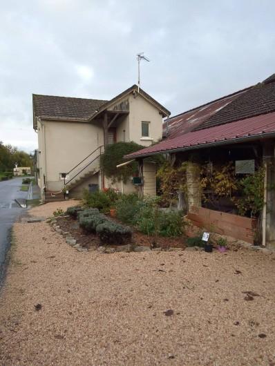 Location de vacances - Appartement à Liourdres - appartement depuis la rue