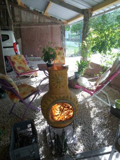 Location de vacances - Appartement à Liourdres - Brasero et salon de jardin