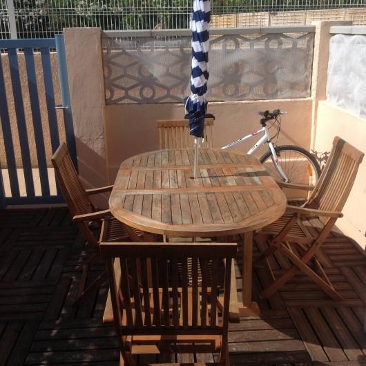 Location de vacances - Appartement à Le Barcarès - terrasse avec salon de jardin
