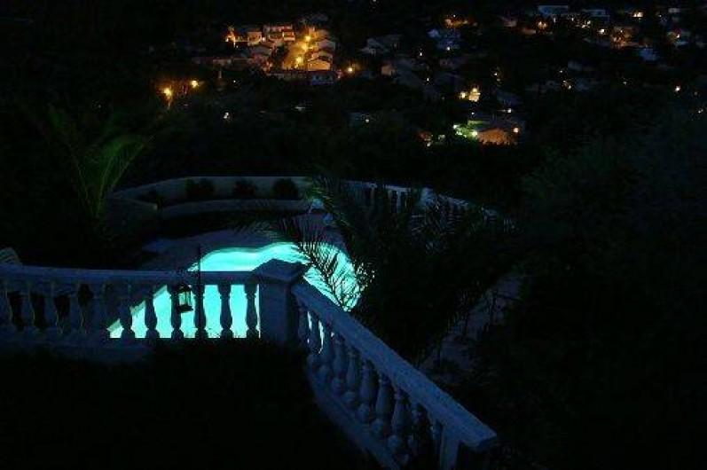 Location de vacances - Appartement à Cavalaire-sur-Mer - Vue piscine de nuit