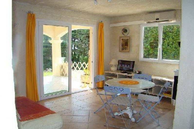 Location de vacances - Appartement à Cavalaire-sur-Mer - salon cuisine appartement soleil