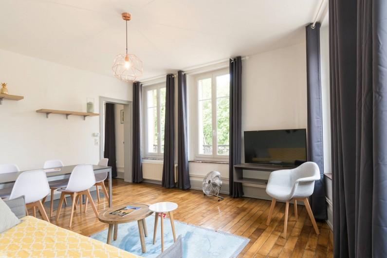 Location de vacances - Appartement à Charleville-Mézières - Salon séjour spacieux pour se détendre, déjeuner ou profiter de la vue