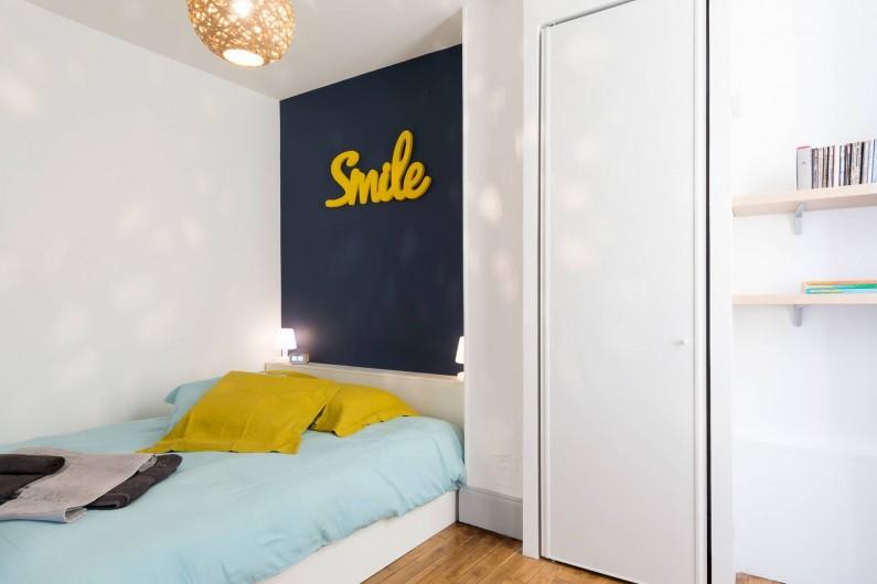 Location de vacances - Appartement à Charleville-Mézières - Chambre cour avec armoire penderie
