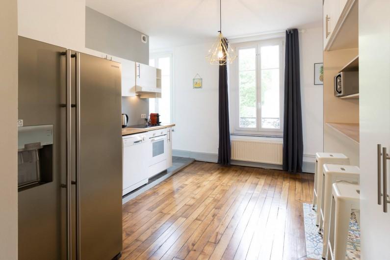 Location de vacances - Appartement à Charleville-Mézières - Cuisine équipée avec frigo américain, lave-vaisselle et four