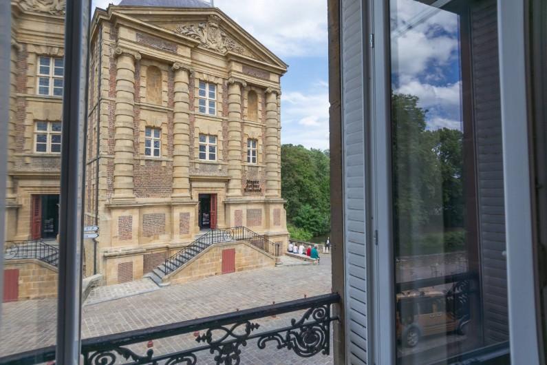 Location de vacances - Appartement à Charleville-Mézières - Vue directe sur le musée Rimbaud