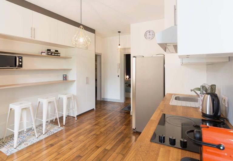 Location de vacances - Appartement à Charleville-Mézières - Cuisine fonctionnelle avec machine nespresso, cafetière classique, plaque vitro
