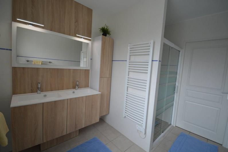 Location de vacances - Gîte à Cublac - Salle d'eau avec douche spacieuse et meuble moderne