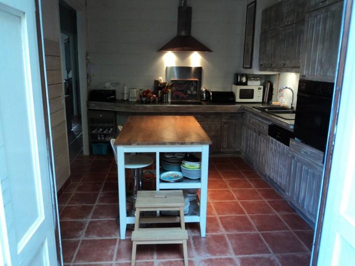 Location de vacances - Maison - Villa à Saint-Laurent-de-la-Salanque - Cuisine équipée vue du patio