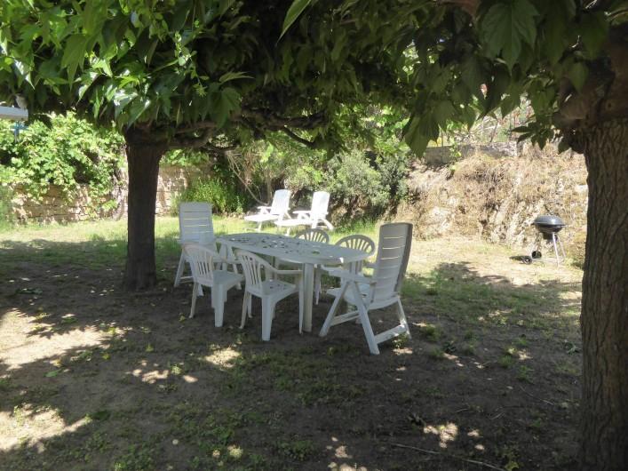 Location de vacances - Maison - Villa à Coti-Chiavari - coin repas à l'ombre des mûriers platane avec barbecue et transat