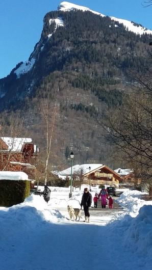 Location de vacances - Appartement à Samoëns - vue résidence en hiver