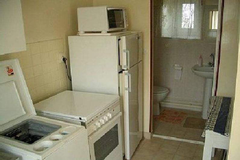 Location de vacances - Gîte à Pontlevoy - la cuisine des Roses et le coin salle d'eau au rez- de -chaussée