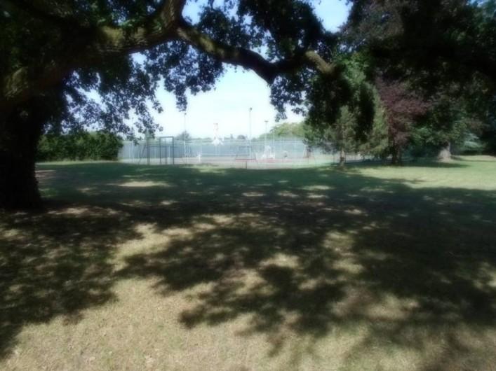 Location de vacances - Gîte à Pontlevoy - le parc ombragé aménagé (courts de tennis, coin jeux pour enfants )