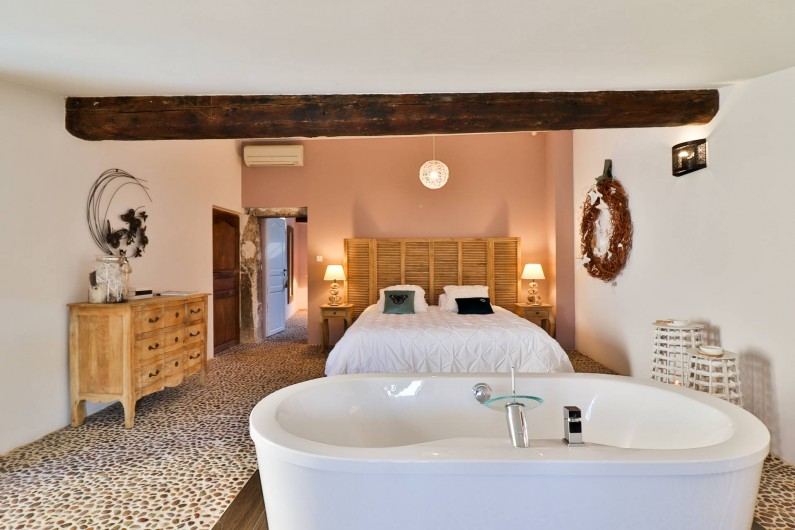 Location de vacances - Chambre d'hôtes à Pernes-les-Fontaines - Suite Envol de papillons 50m2 Vue jardin Douche italienne, 2 vasques, toilettes