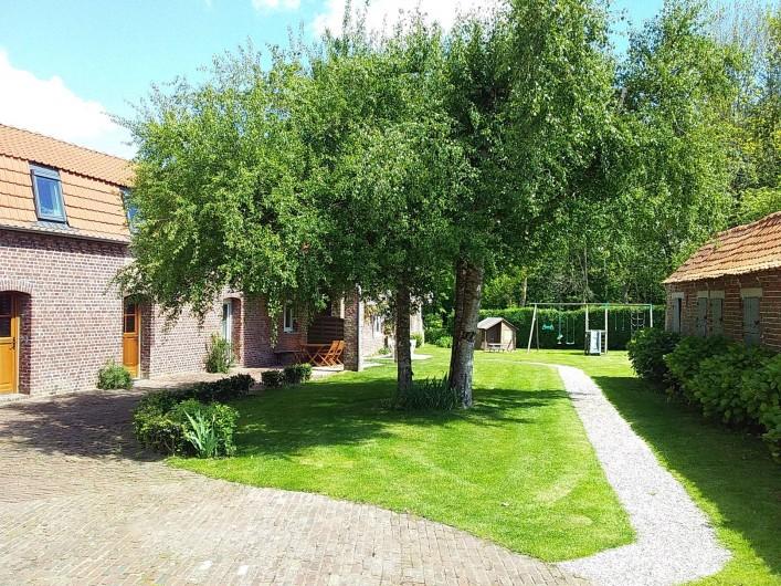 """Location de vacances - Gîte à Helfaut - vue extérieure gite"""" le petit bois"""" + chemin d'accès au gite """" le grand bois"""""""
