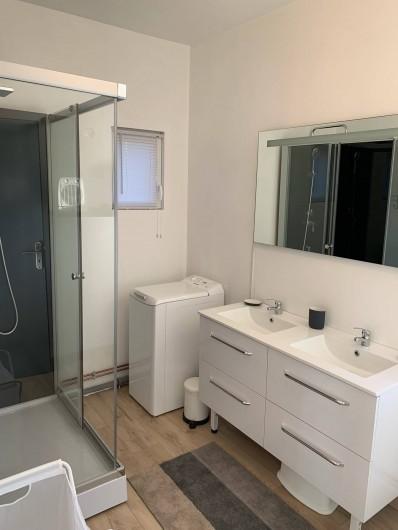 """Location de vacances - Gîte à Helfaut - salle de douche """" le grand bois"""", double vasque"""