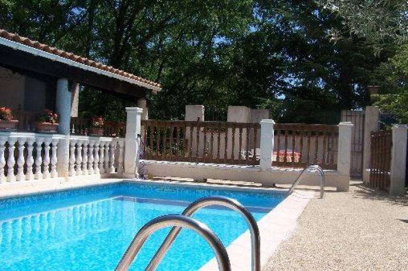 Location de vacances - Villa à Draguignan - En face de l'allée  à droite de la photo , le Portillon d'accès à la piscine