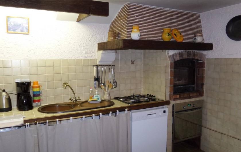 Location de vacances - Villa à Draguignan - Evier, table de cuisson, le lave vaisselle, à sa droite le four .