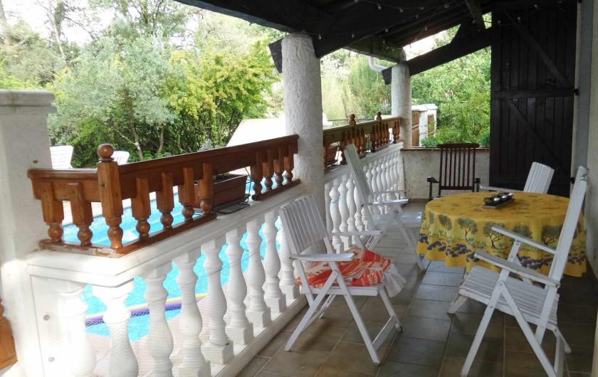 Location de vacances - Villa à Draguignan - La terrasse couverte donnant sur la piscine.