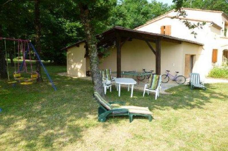 Location de vacances - Villa à Capdrot - espace détente avec balançoire - table de ping-pong et 2 VTT