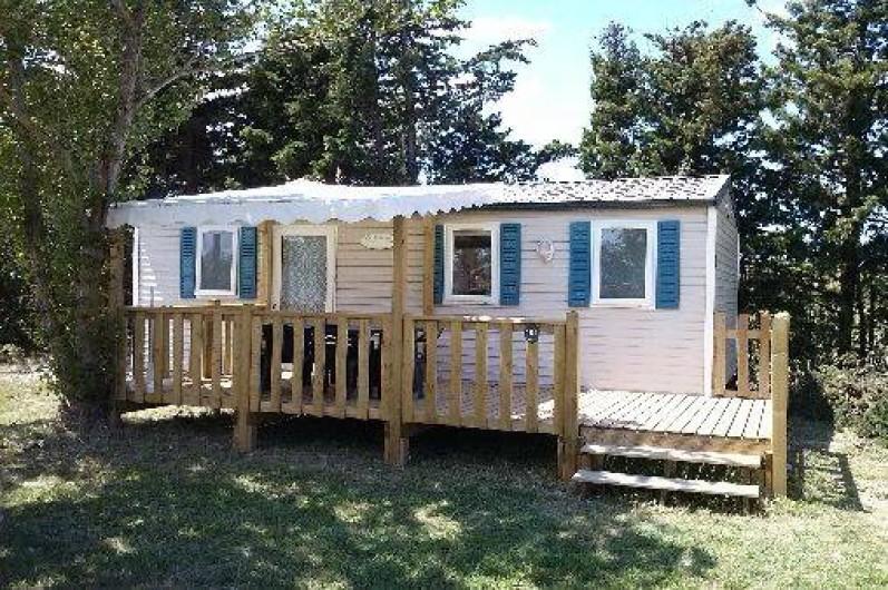 Location de vacances - Camping à Sigean - mobil home avec terrasse et petit arbre pour ombre