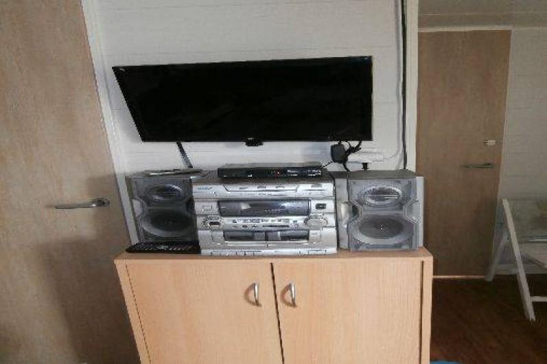 Location de vacances - Camping à Sigean - téléviseur dvd radio meuble de rangement