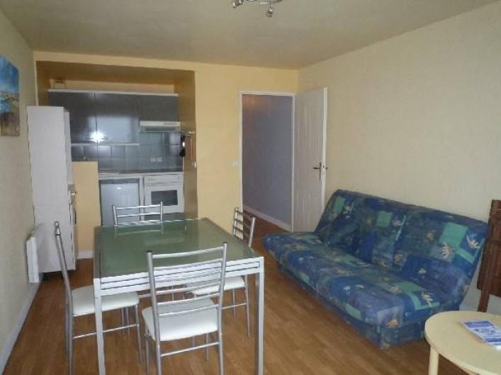 Location de vacances - Appartement à Wimereux - salle a manger vue sur la cuisine