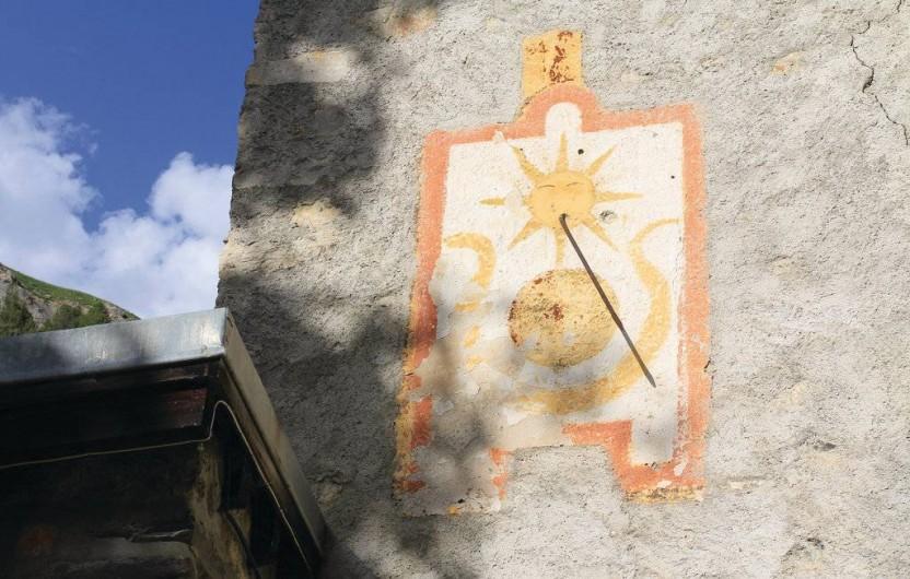 Location de vacances - Appartement à Le Monêtier-les-Bains - le cadran solaire sur le mur de la maison en arrivant