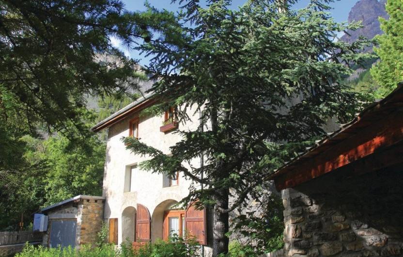 Location de vacances - Appartement à Le Monêtier-les-Bains - la maison vue du jeu de boules