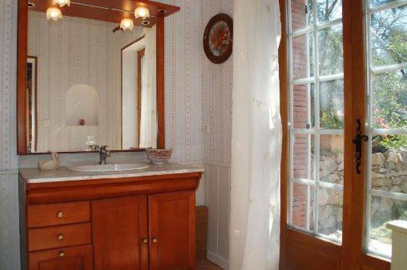 Location de vacances - Chambre d'hôtes à Cuers - salle d'eau de plein pied avec le jardinet privatif