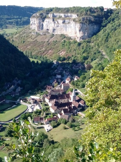 Location de vacances - Gîte à Baume-les-Messieurs - L'Abbaye Impériale, au fond de la vallée.