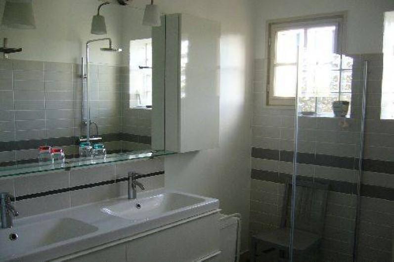 Location de vacances - Gîte à Le Beausset - La salle de bain avec double lavabo et douche à l'italienne