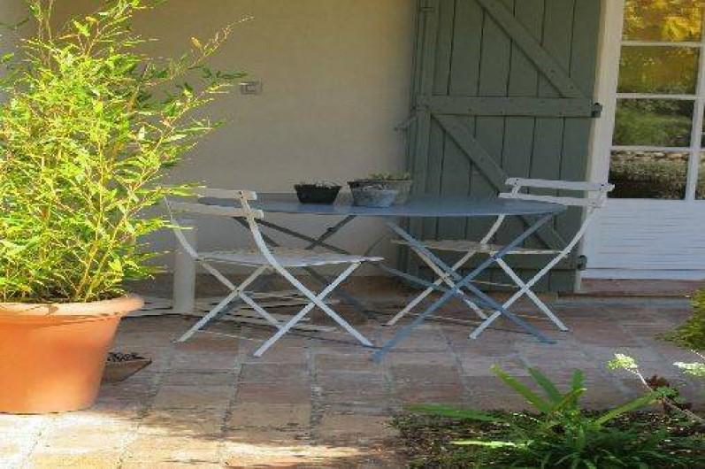 Location de vacances - Gîte à Le Beausset - le coin repas de la terrasse abritée