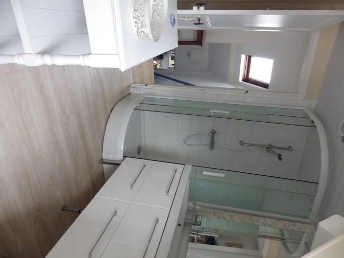 Location de vacances - Villa à Le Crotoy - Salle de bain, mais la photo est en biais...