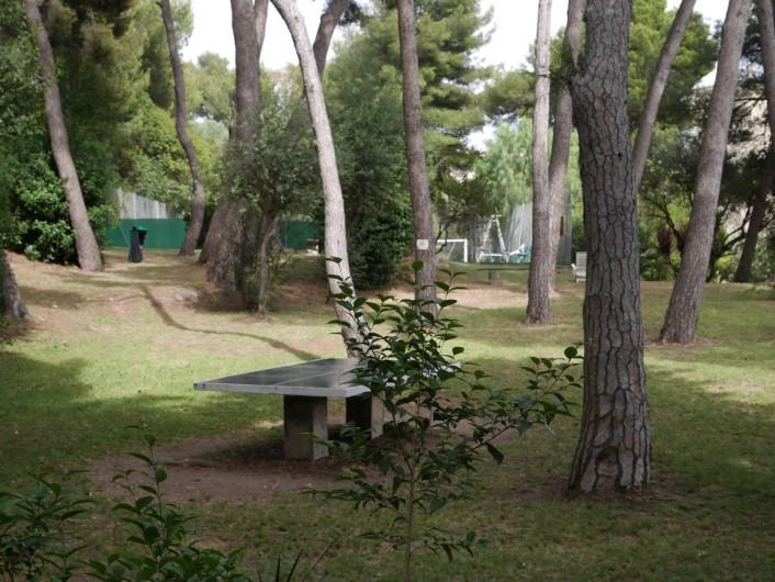 Location de vacances - Studio à Bandol - la pinède et le ping pong de la Résidence
