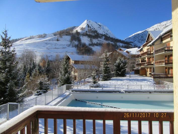 Location de vacances - Appartement à Saint-Sorlin-d'Arves - vue du balcon sur la piscine