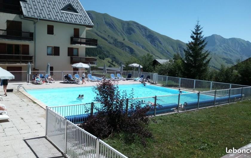 Location de vacances - Appartement à Saint-Sorlin-d'Arves - vue de la piscine l'été