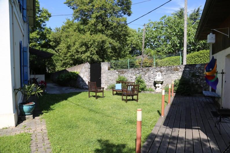 Location de vacances - Villa à Aix-les-Bains - Jardin accessible à tous avec , en été, tables, chaises, parasols, transats