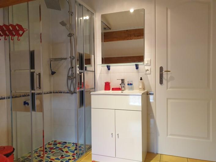 Location de vacances - Gîte à Lafrançaise - La salle d'eau côté chambre. Sèche serviette, pièce lumineuse.