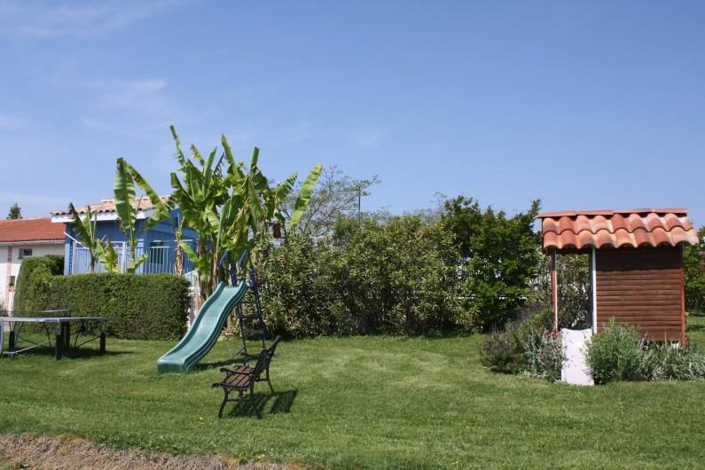 Location de vacances - Gîte à Lafrançaise - Le jardin côté piscine avec les jeux .
