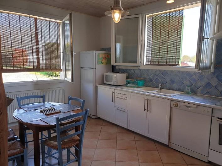 Location de vacances - Gîte à Lafrançaise - Votre cuisine toute équipée aux couleurs claires. Avec stores.