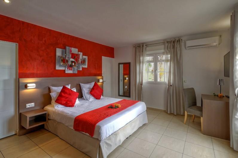 Location de vacances - Villa à Sainte-Anne - chambre rouge avec salle d'eau et dressing