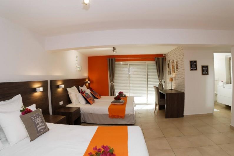 Location de vacances - Villa à Sainte-Anne - chambre loft 1  lit 160 x 200 et 2 lits 90 x 200  avec salle d'eau