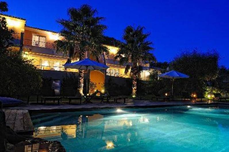 villa avec piscine chauff e et jardin pr s du centre ville. Black Bedroom Furniture Sets. Home Design Ideas