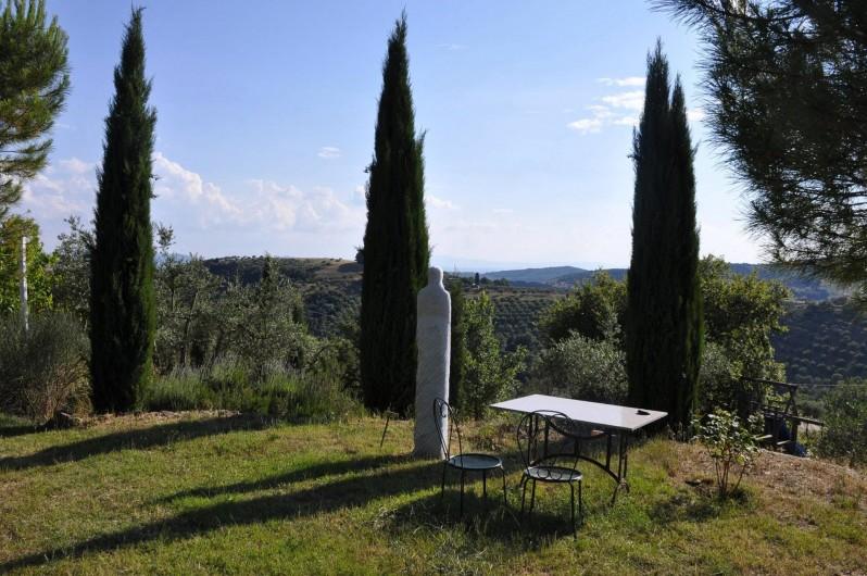 Location de vacances - Appartement à Castel Rigone - Jardin ressemblant à un parc avec des sculptures