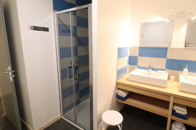 Location de vacances - Gîte à Vic-sur-Cère - Salle de bain espace nuit rez-de-chaussée haut
