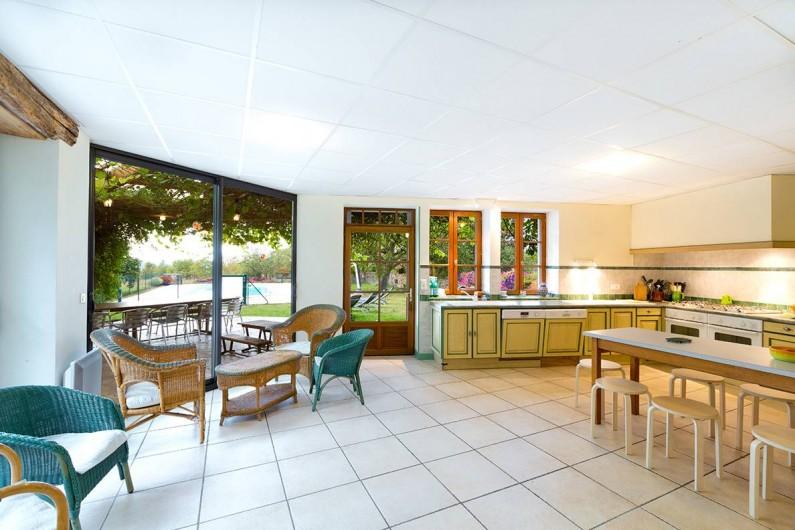 Location de vacances - Gîte à Loubressac - La cuisine qui donne sur l'extérieur : gloriette, piscine et jardin.